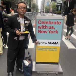 MoMAでバッジ作戦を開始しました。